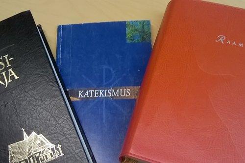 Virsikirja, Katekismus ja Raamattu pöydällä.